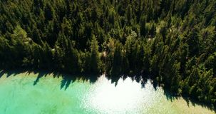 Εναέρια άποψη της όμορφων λίμνης και των βουνών 4k φιλμ μικρού μήκους