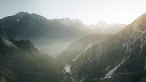 Εναέρια άποψη της misty κοιλάδας βουνών στις Άλπεις στη βορειοανατολική Ιταλία φιλμ μικρού μήκους