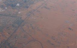 Εναέρια άποψη τοπίων από το αεροπλάνο των αμμωδών αραβικών WI ερήμων Στοκ Φωτογραφίες