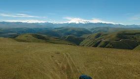 Εναέρια άποψη τοπίων των βουνών Καύκασου φιλμ μικρού μήκους