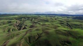 Εναέρια άποψη τοπίων των λόφων και των πράσινων τομέων φιλμ μικρού μήκους