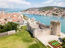 Εναέρια άποψη τουριστικού παλαιού Trogir, της ιστορικής πόλης σε ένα μικρό νησί και του λιμανιού στην αδριατική ακτή στην διάσπασ στοκ φωτογραφίες με δικαίωμα ελεύθερης χρήσης