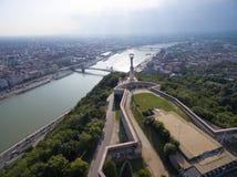 Εναέρια άποψη του αγάλματος ελευθερίας στο λόφο Gellert στη Βουδαπέστη Στοκ Εικόνες