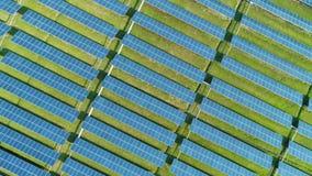 Εναέρια άποψη του αγροτικού ηλιακού κυττάρου ηλιακών πλαισίων με το φως του ήλιου Πτήση κηφήνων πέρα από τον τομέα ηλιακών πλαισί ελεύθερη απεικόνιση δικαιώματος