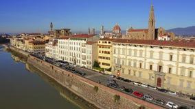 Εναέρια άποψη του αναχώματος ποταμών Arno προς τον καθεδρικό ναό ή το Di Σάντα Μαρία del Fiore της Φλωρεντίας Cattedrale Ιταλία στοκ εικόνα με δικαίωμα ελεύθερης χρήσης