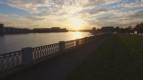 Εναέρια άποψη του αναχώματος του ποταμού Neva στο ηλιοβασίλεμα φιλμ μικρού μήκους