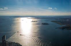 Εναέρια άποψη του ανώτερου κόλπου της Νέας Υόρκης με το νησί ελευθερίας και το άγαλμα ελευθερίας - Νέα Υόρκη, ΗΠΑ Στοκ φωτογραφία με δικαίωμα ελεύθερης χρήσης