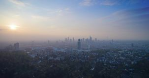 Εναέρια άποψη του απίστευτου ηλιοβασιλέματος πέρα από την πόλη Φρανκφούρτη Αμ Μάιν, Γερμανία, Ευρώπη φιλμ μικρού μήκους
