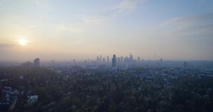 Εναέρια άποψη του απίστευτου ηλιοβασιλέματος πέρα από την πόλη Φρανκφούρτη Αμ Μάιν, Γερμανία, Ευρώπη απόθεμα βίντεο