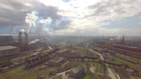 Εναέρια άποψη του βιομηχανικού χαλυβουργείου Εναέριο εργοστάσιο sleel Πέταγμα πέρα από τους σωλήνες χαλυβουργείων καπνού φιλμ μικρού μήκους