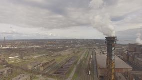 Εναέρια άποψη του βιομηχανικού χαλυβουργείου Εναέριο εργοστάσιο sleel Πέταγμα πέρα από τους σωλήνες χαλυβουργείων καπνού απόθεμα βίντεο