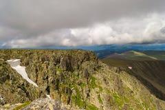 Εναέρια άποψη του βουνού με πολλές πέτρες και ένα χιόνι glac στοκ φωτογραφία με δικαίωμα ελεύθερης χρήσης