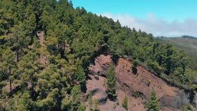 Εναέρια άποψη του βουνού, που προκύπτει από την ηφαιστειακή λάβα, βράχος περικοπών απόθεμα βίντεο