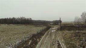 Εναέρια άποψη του βρώμικου δρόμου στο αγρόκτημα στην πλευρά χωρών απόθεμα βίντεο