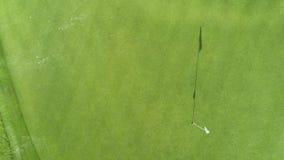 Εναέρια άποψη του γηπέδου του γκολφ σε Punta Cana, Δομινικανή Δημοκρατία Στενή δίοδος, σφαίρα, τρύπα και σημαία φιλμ μικρού μήκους
