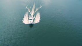 Εναέρια άποψη του γιοτ που επιπλέει στη θάλασσα απόθεμα βίντεο