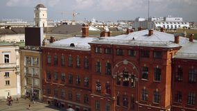 Εναέρια άποψη του γραφείου σώματος του σταθμού Nicholaevskiy, είσοδος σταθμών μετρό απόθεμα βίντεο