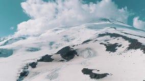 Εναέρια άποψη του γραφικού τοπίου βουνών φύσης χιονώδους δύσκολου φιλμ μικρού μήκους