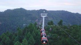 Εναέρια άποψη του γύρου τελεφερίκ, ανελκυστήρας καρεκλών ουρανού για τους τουρίστες στο θέρετρο σταθμών λόφων απόθεμα βίντεο