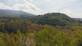 Εναέρια άποψη του δάσους στα βουνά, η πόλη που βλέπει στο βουνό Ιταλία Τοσκάνη φιλμ μικρού μήκους