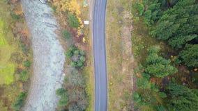 Εναέρια άποψη του δρόμου και του ποταμού Prut βουνών carpathians Τοπ όψη απόθεμα βίντεο