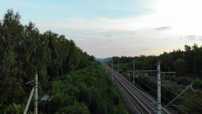 Εναέρια άποψη του δρόμου σιδηροδρόμων στη μέση του πουθενά απόθεμα βίντεο