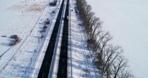 Εναέρια άποψη του δρόμου χιονιού το χειμώνα απόθεμα βίντεο