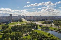 Εναέρια άποψη του δυτικού μέρους του Μινσκ με νέο πολυ-άλλα κτήρια Στοκ Εικόνες