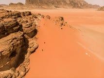 Εναέρια άποψη του ελατηρίου του Lawrence στην ιορδανική έρημο κοντά στο ρούμι Wadi, που γίνεται με τον κηφήνα Στοκ εικόνες με δικαίωμα ελεύθερης χρήσης