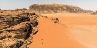 Εναέρια άποψη του ελατηρίου του Lawrence στην ιορδανική έρημο κοντά στο ρούμι Wadi Στοκ Φωτογραφίες