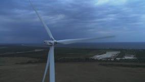 Εναέρια άποψη του εναέριου πυροβολισμού ενεργειακής παραγωγής 4k ανεμοστροβίλων στο ηλιοβασίλεμα 4k στρόβιλοι μήκους σε πόδηα κηφ απόθεμα βίντεο