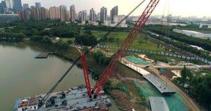 Εναέρια άποψη του επιπλέοντος γερανού, για τους πεζούς κατασκευή γεφυρών απόθεμα βίντεο