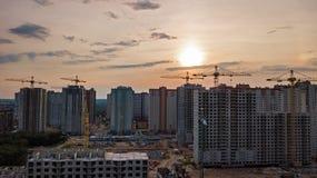 Εναέρια άποψη του εργοτάξιου οικοδομής των κτηρίων κατοικήσιμης περιοχής με τους γερανούς στο ηλιοβασίλεμα άνωθεν, αστικός ορίζον Στοκ εικόνες με δικαίωμα ελεύθερης χρήσης