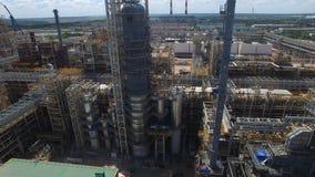 Εναέρια άποψη του εργοτάξιου οικοδομής διυλιστηρίων πετρελαίου με τους λαμπρούς σωλήνες φιλμ μικρού μήκους