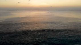 Εναέρια άποψη του ηλιοβασιλέματος πέρα από τη θάλασσα με μερικές μικρές βάρκες, Μπαλί, Ινδονησία φιλμ μικρού μήκους
