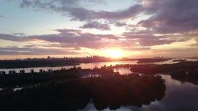 Εναέρια άποψη του ηλιοβασιλέματος στο θερινό βράδυ στο ρωσικό ποταμό φιλμ μικρού μήκους
