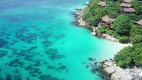 Εναέρια άποψη του θερέτρου κοντά στην όμορφη τροπική παραλία με το κρύσταλλο - σαφής θάλασσα λιμνοθαλασσών απόθεμα βίντεο
