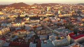 Εναέρια άποψη του ιστορικού κέντρου Lviv Πυροβολισμός με τον κηφήνα απόθεμα βίντεο