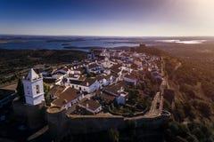 Εναέρια άποψη του ιστορικού χωριού Monsaraz στο Αλεντέιο με τη δεξαμενή φραγμάτων Alqueva στο υπόβαθρο Στοκ Φωτογραφίες