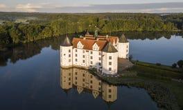 Εναέρια άποψη του κάστρου νερού Glucksburg στην αυγή, Γερμανία στοκ εικόνες