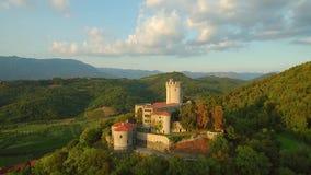 Εναέρια άποψη του κάστρου Rihemberk σε ένα hil επάνω από την κοιλάδα vipava σε Branik δυτική Σλοβενία φιλμ μικρού μήκους
