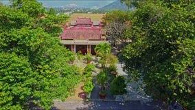 Εναέρια άποψη του κήπου με το σπίτι αγαλμάτων του Βούδα από το βουνό απόθεμα βίντεο