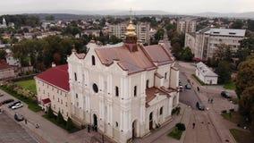 Εναέρια άποψη του καθεδρικού ναού της ιερής τριάδας στην πόλη Drohobych, Ουκρανία Ομαλή πτήση επάνω στην τεχνική απόθεμα βίντεο