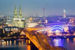 Εναέρια άποψη του καθεδρικού ναού της Κολωνίας και της γέφυρας Hohenzollern στο σούρουπο Στοκ φωτογραφίες με δικαίωμα ελεύθερης χρήσης