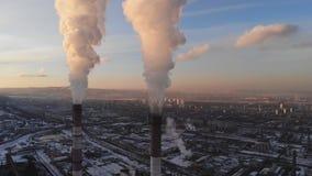 Εναέρια άποψη του καπνού που αυξάνεται από την καπνοδόχο ενός λέβητα άνθρακα Από επάνω προς τα κάτω μετακίνηση με την περιστροφή  απόθεμα βίντεο