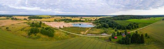 Εναέρια άποψη του καταπληκτικού θερινού τοπίου πράσινο ύφος απεικόνισης πεδίων κινούμενων σχεδίων Στοκ φωτογραφίες με δικαίωμα ελεύθερης χρήσης