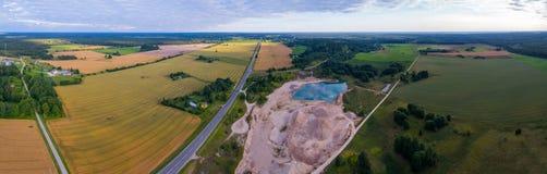 Εναέρια άποψη του καταπληκτικού θερινού τοπίου πράσινο ύφος απεικόνισης πεδίων κινούμενων σχεδίων Στοκ Φωτογραφία
