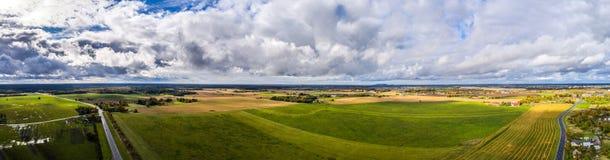Εναέρια άποψη του καταπληκτικού θερινού τοπίου πράσινο ύφος απεικόνισης πεδίων κινούμενων σχεδίων Στοκ φωτογραφία με δικαίωμα ελεύθερης χρήσης