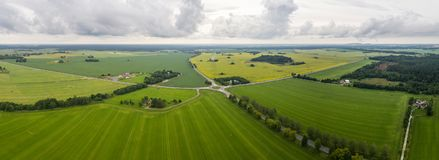 Εναέρια άποψη του καταπληκτικού θερινού τοπίου πράσινο ύφος απεικόνισης πεδίων κινούμενων σχεδίων Στοκ Εικόνα