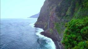 Εναέρια άποψη του καταρράκτη πέπλων νυφών και της βόρειας ακτής στη Μαδέρα φιλμ μικρού μήκους